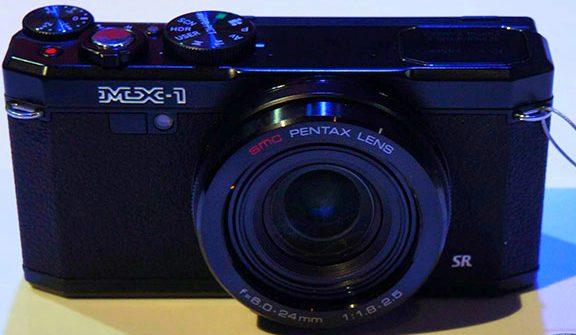 Новая компактная камера Pentax MX-1 выделяется на фоне простых фотоаппаратов этого класса