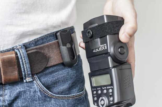 Удобное крепёжное приспособление для фотовспышек и других фотоаксессуаров позволяет держать их «под рукой» во время съёмок