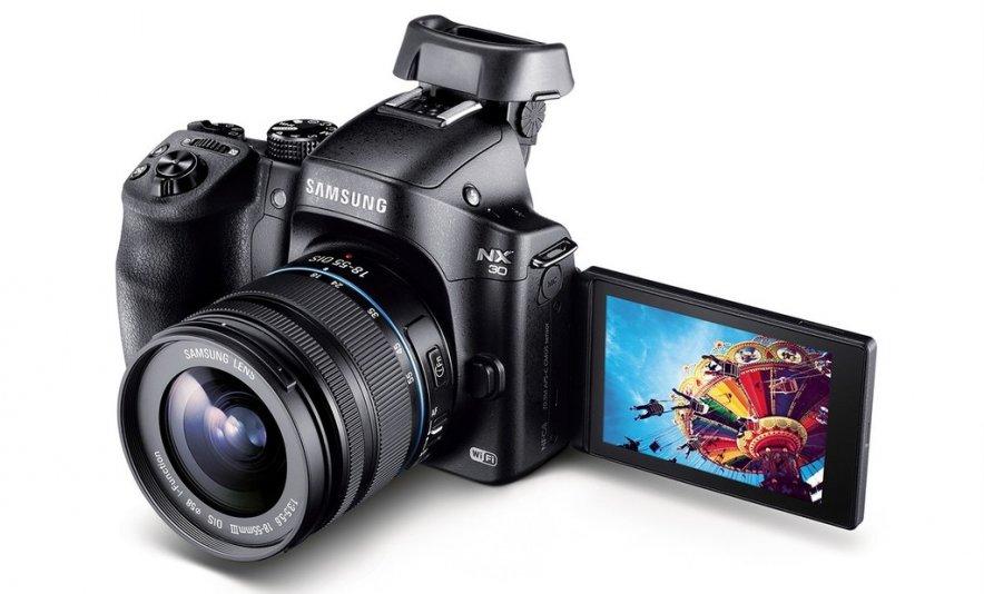 Компания Samsung Electronics представила в России новую компактную системную камеру Samsung NX30