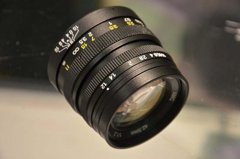 Компания Shenyang ZhongYi Optical and Electrical Company, выпускает объектив с фиксированным фокусным расстоянием 42.5 мм и светосилой F/1,2