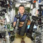 Перед вами портрет космонавта Олега Кононенко, который запечатлен на борту МКС в окружении зеркальной фототехники Nikon