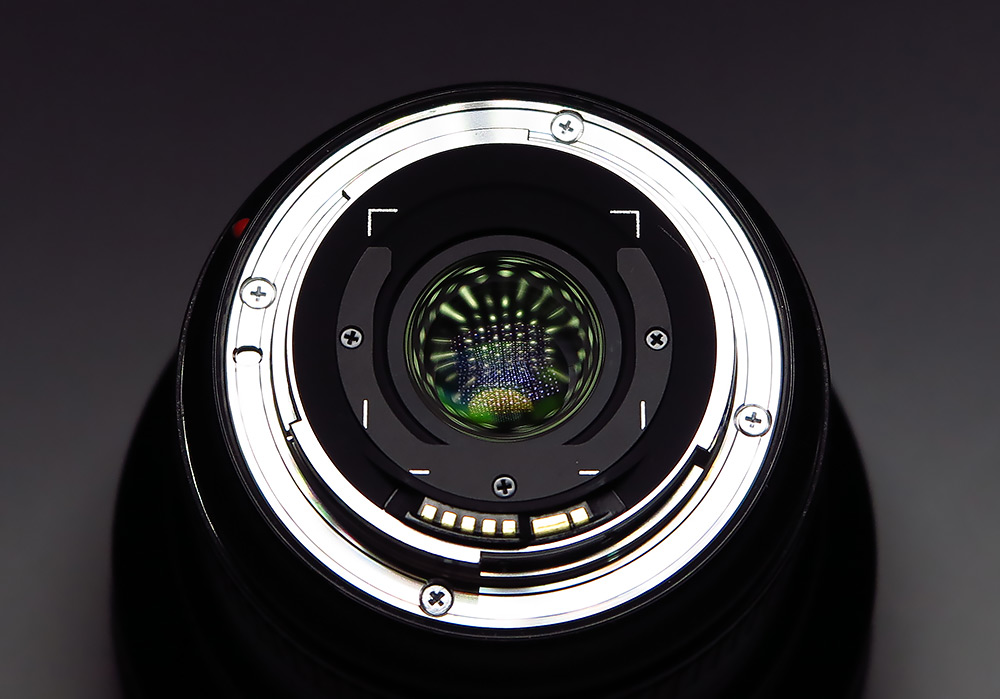 На протяжении 13 лет компания Canon остается лидером международного рынка цифровых камер со сменными объективами