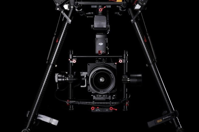 Пресслужбы DJI и Hasselblad объявили о создании первой в своем роде совместной полностью интегрированной летающей платформы для аэрофотосъемки уровня high-end на основе ранее анонсированного дрона DJI MATRICE 600 (DJI M600) и среднеформатной камеры Hasselblad A5D