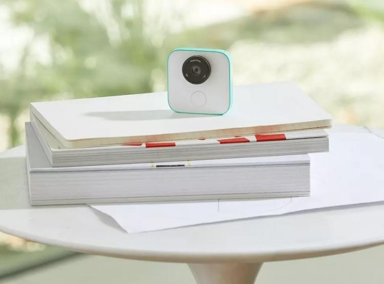 Google Clips — компактная 12-Мп камера, которая фотографирует сама