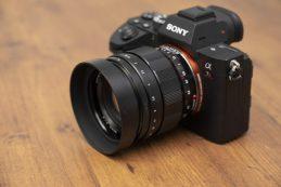 Детальные фото объективов Tamron 17-28 и Voigtlander 50mm для Sony FE